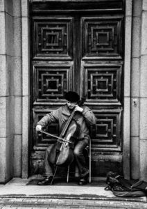 muzyk na ulicach rygi