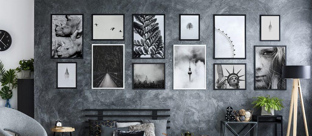 czarno-białe plakaty na ścianie