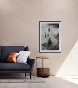 Plakat Kobieta i folia w nowoczesnym wnętrzu