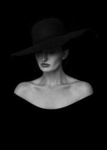 W cieniu kapelusza